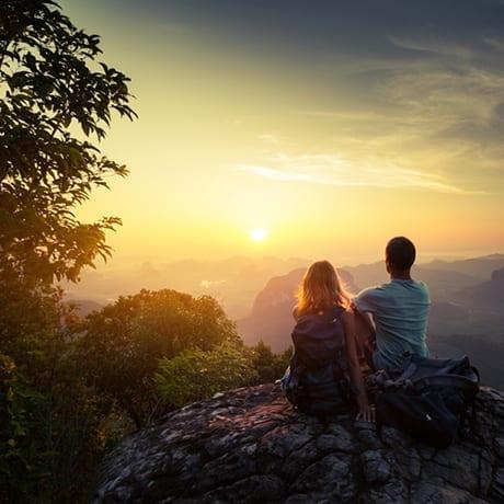Couple en train de regarder un coucher de soleil