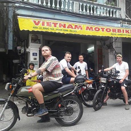 À moto en short set sans casque