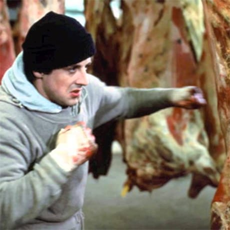 Rocky frappe des gros jambons