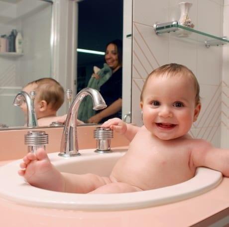 Bébé dans un lavabo