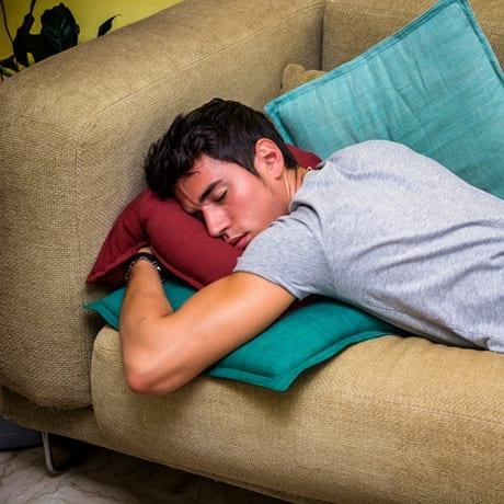Voyageur qui dort dans un canapé