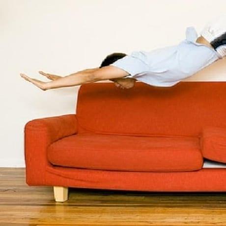 Mec qui saute dans un canapé
