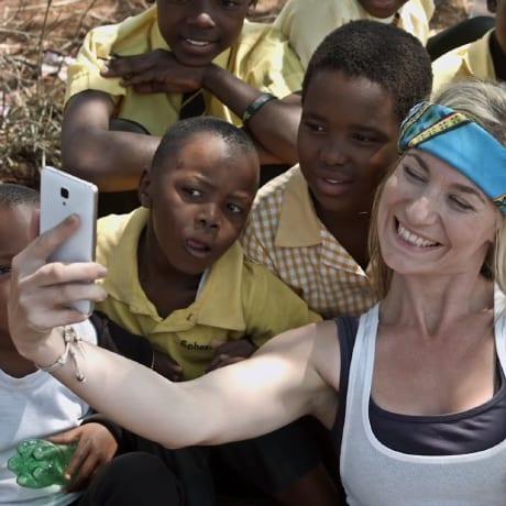 Selfie avec des enfants d'Afrique