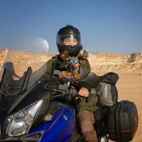 Rosie Gabrielle et son chien en voyage en moto
