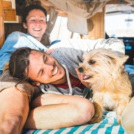 Un couple et leur chien dans un van