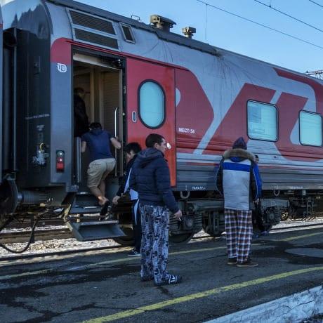 En pyjama devant le train
