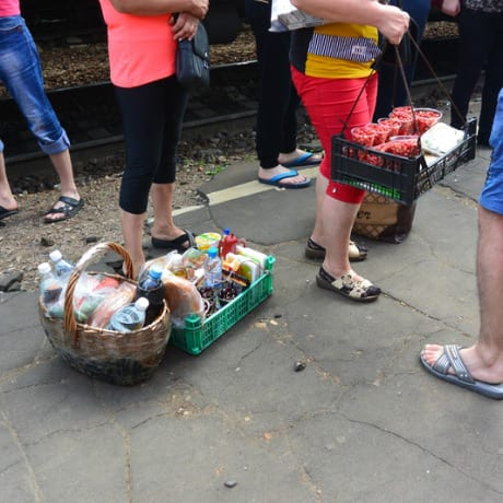 Vendeuse de nourriture sur le quai